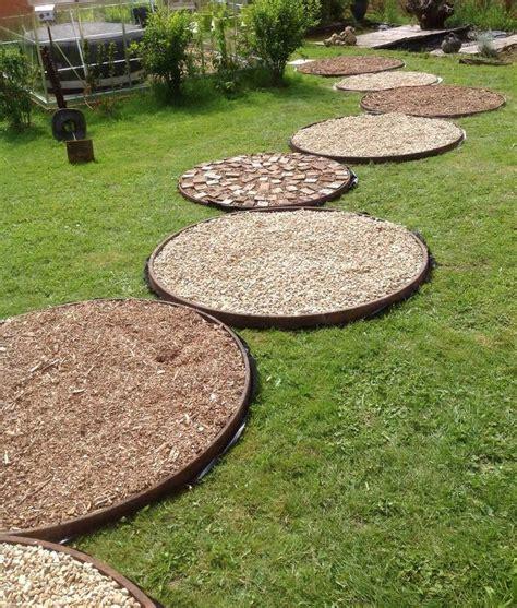 faire une all 233 e de jardin cercles de roues de charrettes du gravier des copeaux de bois