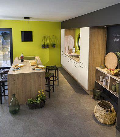 cuisine carrelage gris meubles blancs et bois murs vert