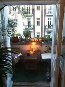 Kleiner Balkon Einrichten : gem tlicher kleiner balkon mit holzm beln vielen pflanzen und kerzenlicht f r eine romantsiche ~ Orissabook.com Haus und Dekorationen