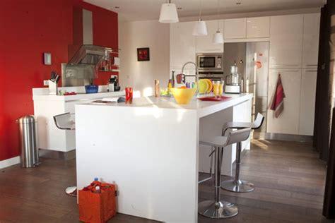 cuisine blanche laquee îlot de cuisine laquée blanche avec coin repas intégré