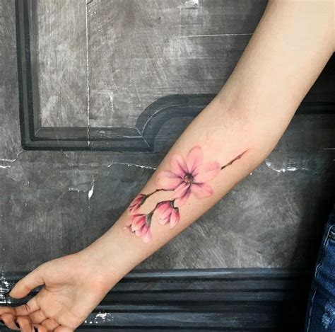 tatuaggi scritte e fiori tatuaggi piccoli particolari femminili donna con un