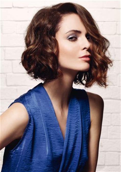coiffure carre plongeant ondule femme cheveux mi longs
