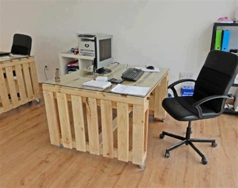 bureau en palette de bois bureau en palette modèles diy et tutoriel pour le fabriquer soi même