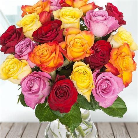 Dažādu krāsu rožu pušķis