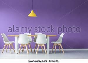 Weiße Stühle Esszimmer : wei e st hle bei einfachen holztisch in modernen wei en k che esszimmer mit parkettboden und ~ Eleganceandgraceweddings.com Haus und Dekorationen