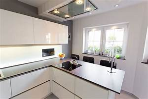 Weiße Hochglanz Küche Reinigen : designk che hochglanz wei mit integriertem fernseher mit glasr ckwand und keramikplatte ~ Markanthonyermac.com Haus und Dekorationen