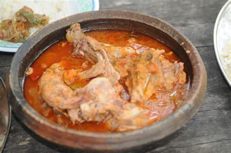cuisine ivoiriene file kedjenou poulet sauce jpg wikimedia commons