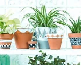 Les 25 meilleures idees de la categorie pot terre cuite for Comment faire des couleurs avec de la peinture 5 diy pot customiser pot de fleurs jardinerie truffaut