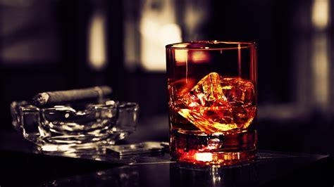 hd hintergrundbilder whiskey glas eis alkohol zigarre
