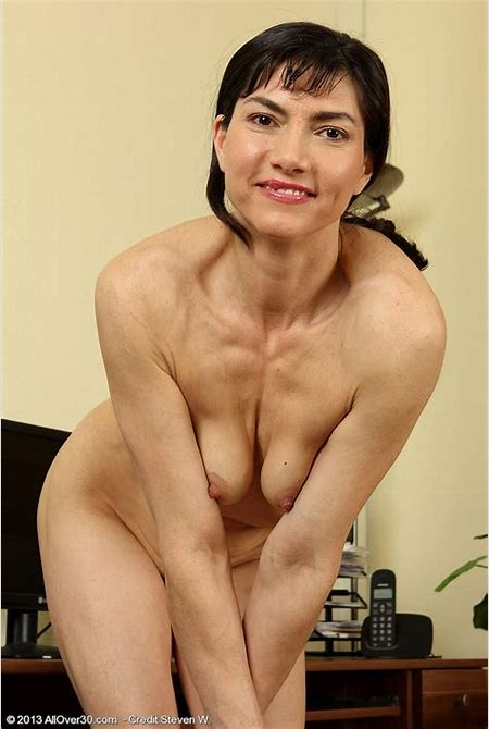 MILF taking a break from her office duties » All Over 30 « Free Gorgeous Older Women Pictures ...