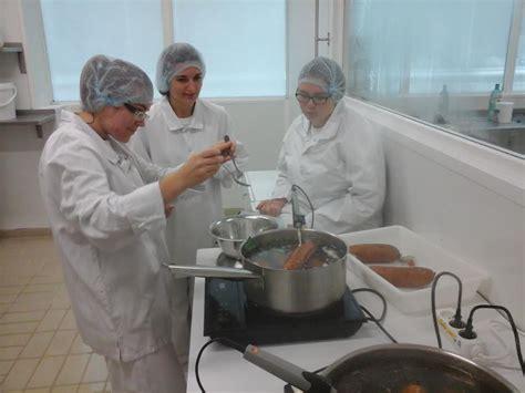 comment cuisiner la saucisse de morteau cuisson de la saucisse de morteau et du bœuf bouguignon