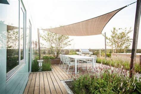 alternative zum sonnenschirm moderne terrassenuberdachung ideen freistehender sonnensegel holz saulen garden