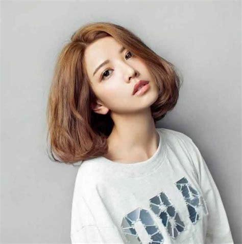 model rambut pendek wanita sebahu trend april