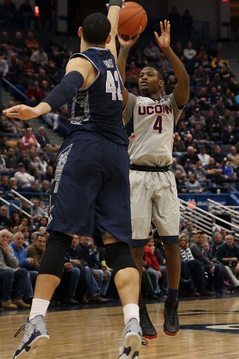 mens basketball uconn holds  georgetown  hartford
