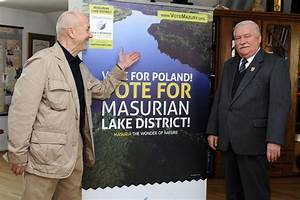 Lech Walesa displays solidarity with the Polish finalist ...