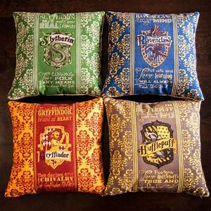 Coussin Harry Potter : coussin harry potter harry potter poudlard at home pinterest harry potter poudlard et ~ Preciouscoupons.com Idées de Décoration