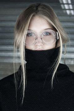 Las gafas de ver están de moda y son muchas y muchos que