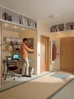 Kleine Wohnung Stauraum by Stauraum Mit Abgeh 228 Ngten Regalen Unter Der Decke