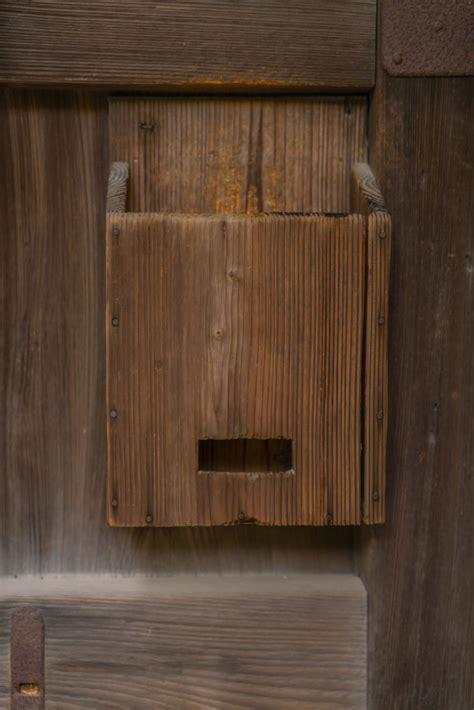 Cassetta Lettere Legno vecchia cassetta postale di legno sullo sfondo di legno