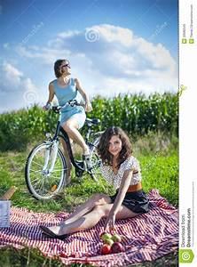 Hübsche 12 Jährige Mädchen : zwei h bsche m dchen machen ein picknick auf feld stockbild bild von blumen korb 33580549 ~ Eleganceandgraceweddings.com Haus und Dekorationen