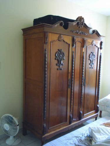 guarda roupa antigo de madeira nobre   em