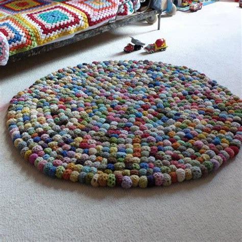 tapis boules crochet  avec des aiguilles  tricoter