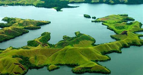 keindahan danau sentani   pulaunya  papua