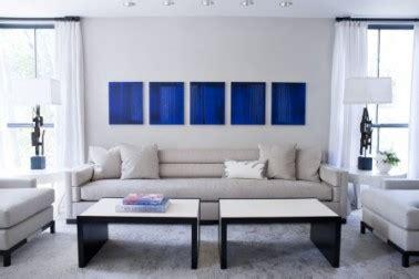 Déco Salon Bleu Avec Canapé Gris Perle Et Tableau Bleu Klein
