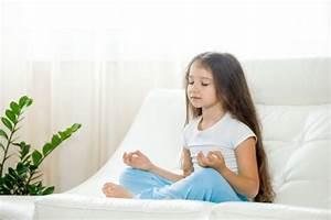 Yoga Zu Hause : gl ckliches kind m dchen tun yoga zu hause download der kostenlosen fotos ~ Markanthonyermac.com Haus und Dekorationen