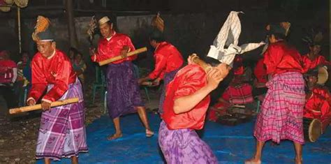 Unsur seni musik juga mempunyai beberapa jenis dari masa ke masa. Sebutkan acara/kegiatan apa saja yang menggunakan alat musik tradisional Gendang bulo ? - Seni ...