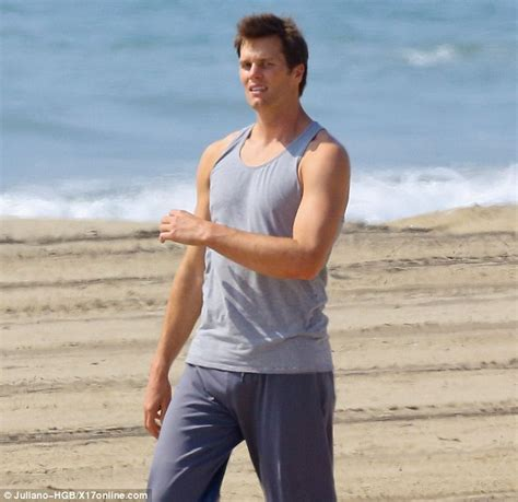 Tom Brady On The Beach Showing Off His Pro Ball Physique Daily Mail Online