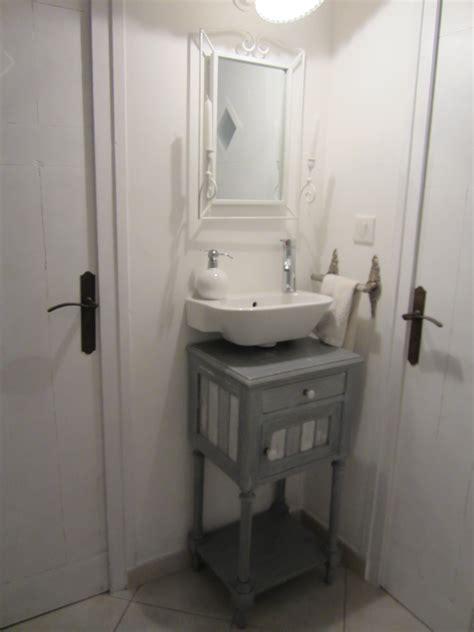 cuisine mur gris couloir lave mains photo 1 5 une table de nuit a été