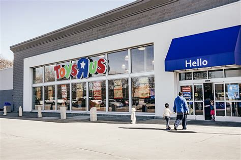how wall street bought toys r us and left 30 000 people