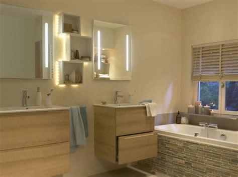 fenetre bandeau cuisine sur tablier de baignoire et carrelage beige salle
