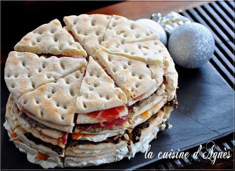 cuisine suedoise damier multicolore de petits sandwiches et suédois