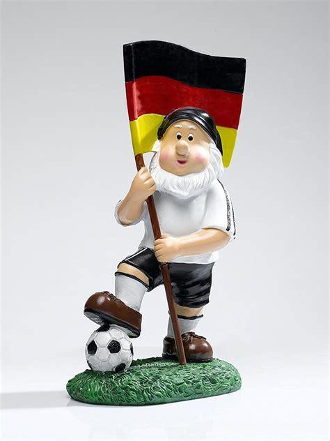 """Sechseinhalb millionen menschen (über acht prozent der bevölkerung) sind mitglied in einem der über 27.000 fußballvereine. IBV Gartenzwerg """"Deutschland mit Fussball"""". Niedlicher ..."""