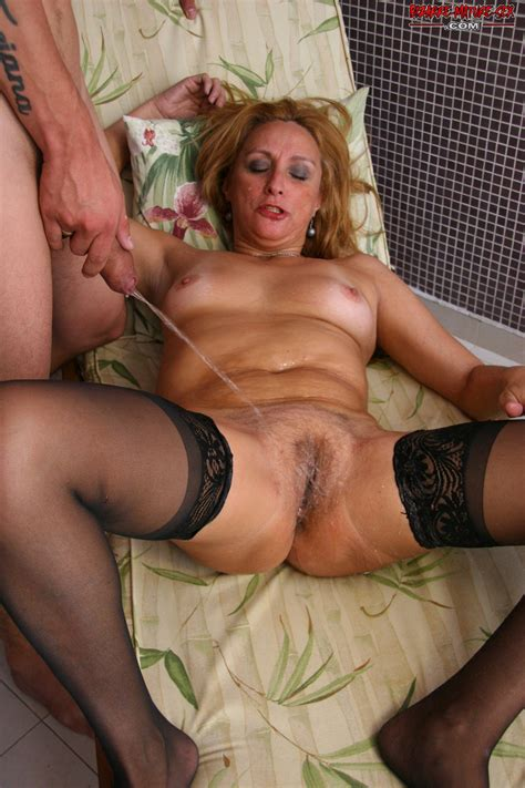 horny mature bitch in fucking and pissing action pichunter