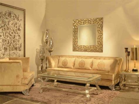 einrichten mit farben goldene wandfarbe und moebel fuer luxus