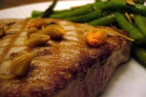 cuisiner steak de thon steak de thon mi cuit aux anchois et aux câpres