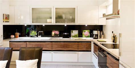 Küche In Hochglanz Weiß Mit Holzmaserung In Front Und