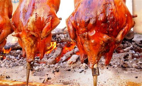 come cucinare il maialino al forno cucinare il maialino sardo tavolo pietra lavica