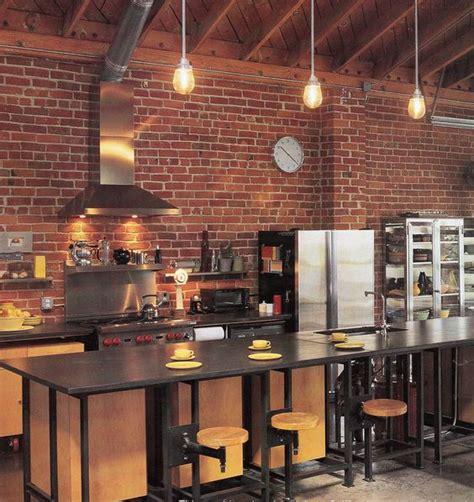 cuisine avec brique cuisine bois clair avec touches noir et briques rouges