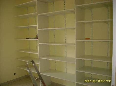 la chambre des aménagement placard avec rayonnages