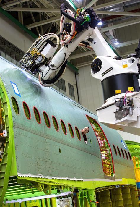 boeing revs  robots    everett factory signals    awaits  seattle times