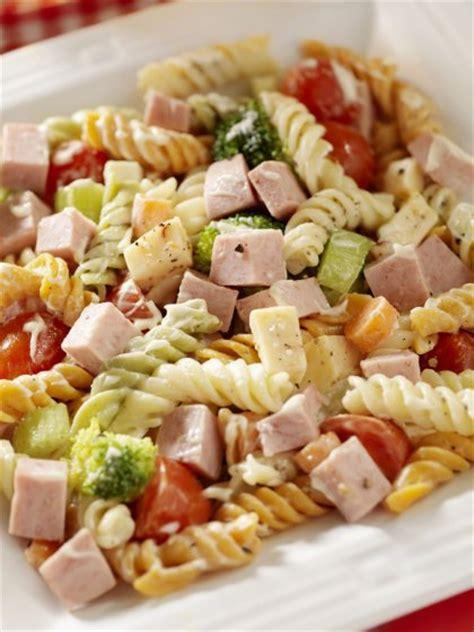 cuisine nicoise recettes salade de pâtes aux légumes et jambon sur orange tendances
