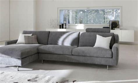 canapé au sol du gris pour les canapés