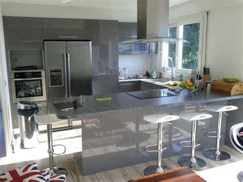cuisines et vins de cuisine en u laqu 233 e gris brillant cuisine design avec espace repas bar frigo am 233 ricain et cave