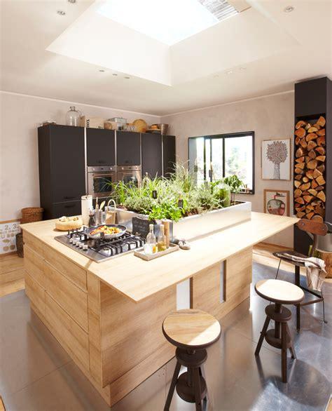 cuisine en noir cuisine en bois un matériau plusieurs styles