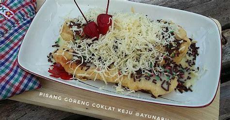 Parutan singkong dicampur dengan beberapa bahan lain, kemudian ditambahkan pisang utuh dan digulung. Pisang goreng coklat keju - 72 resep - Cookpad