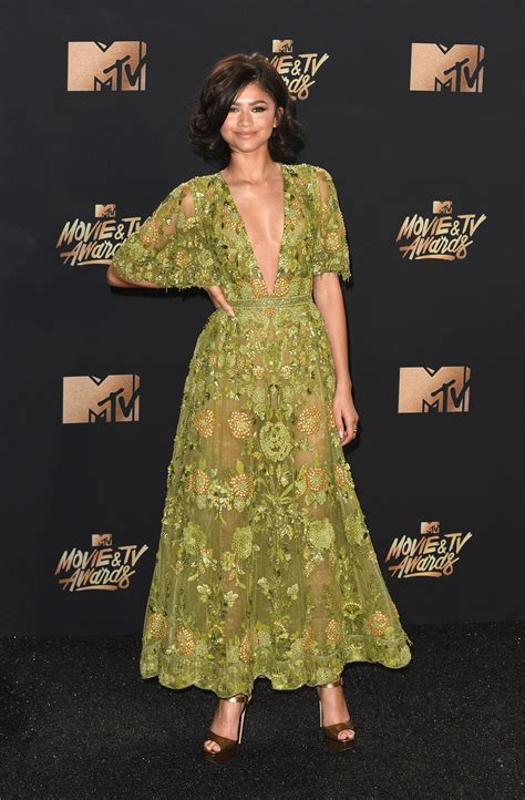 zendaya broke   school fashion rule   mtv  tv awards red carpet